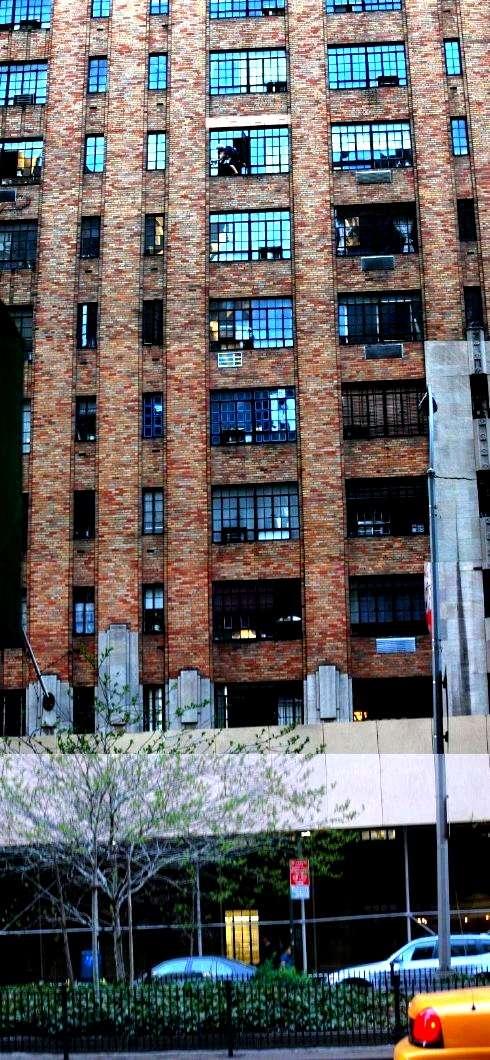 viejaloca02 - Anciana limpiando ventanas a decenas de metros de altura